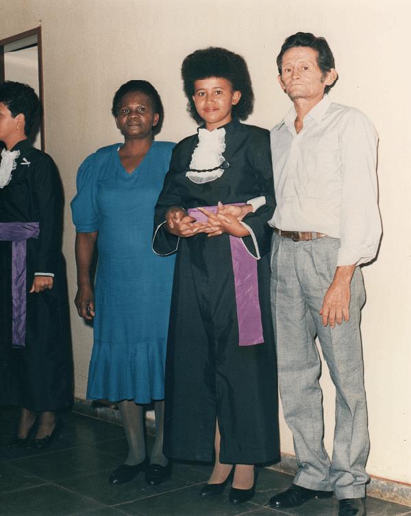 Prof. Gina em sua formatura ao lado de seus pais