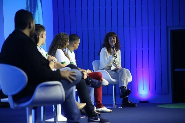 Rodolfo e quatro alunos durante o evento Redes que Transformam de 2019