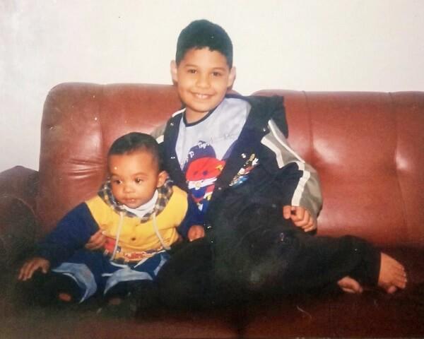 Rodolfo e o irmão na infância