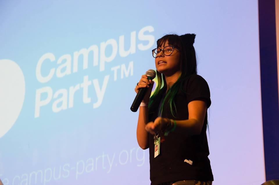 Manu falando em evento que foi convidada pelo Programaê!