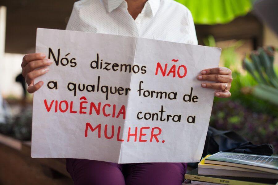 """Cartaz da campanha """"Nós dizemos não a qualquer forma de violência contra as mulheres"""