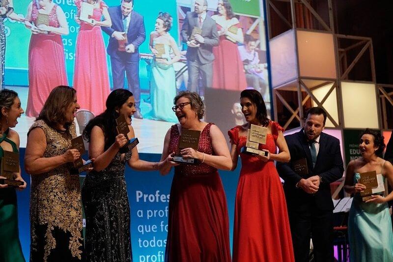 A coordenadora pedagógica Joice Lamb comemora o reconhecimento de seu projeto com as colegas Educadoras Nota 10