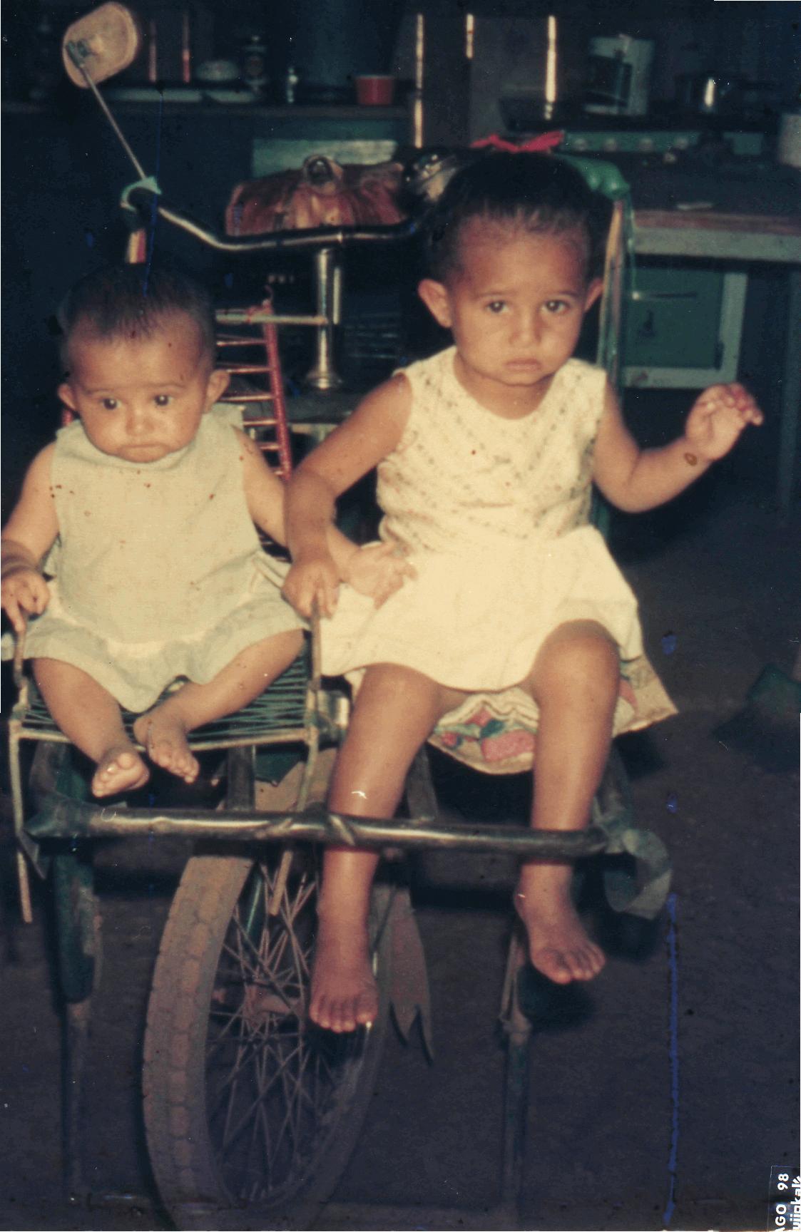 Gina e sua irmã durante a infância