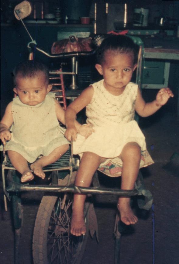 Gina com sua irmã durante a infância