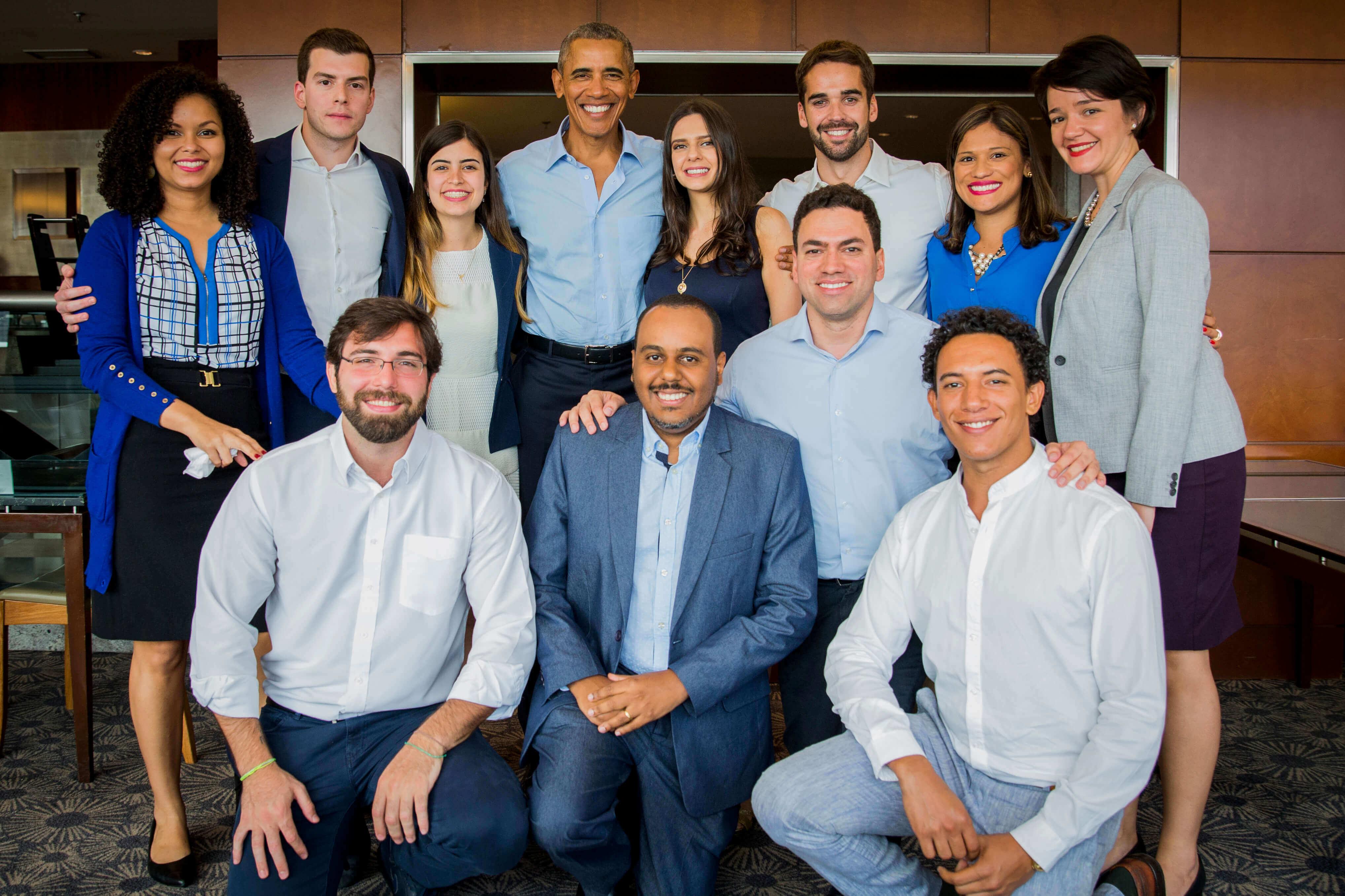 Deborah e outros Lemann Fellows conhecem Barack Obama durante visita do ex-presidente americano ao Brasil