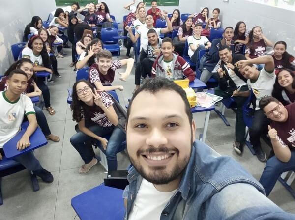Selfie na sala: o professor Rodolfo com uma de suas turmas de alunos