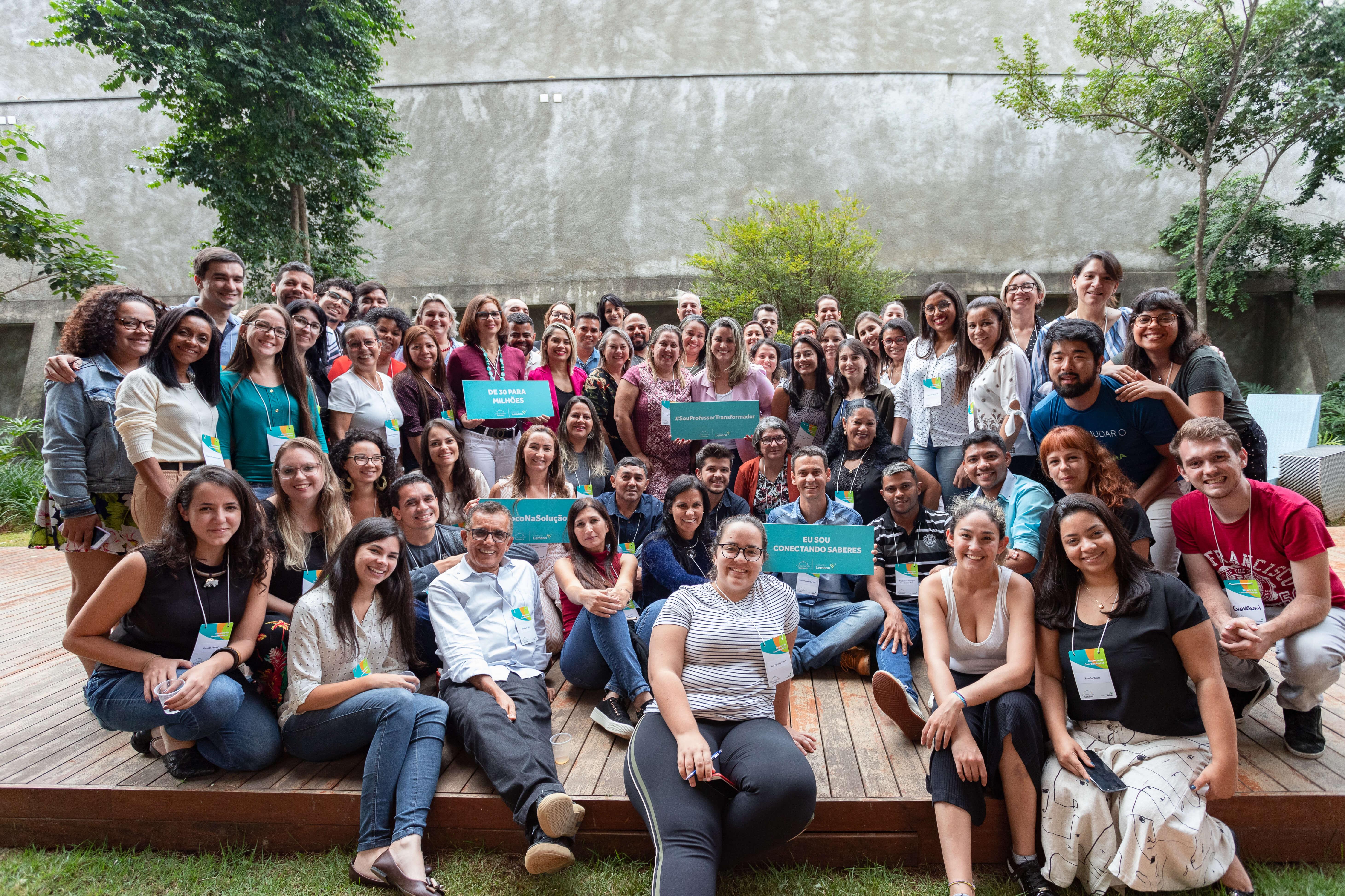 Imagem com coordenadores e pessoas da equipe da Fundação Lemann reunidas em evento da rede Conectando Saberes
