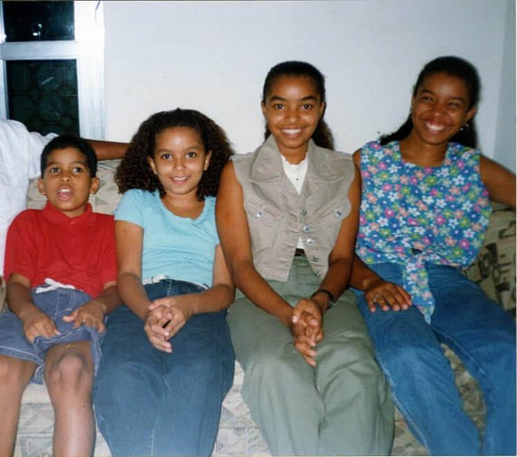 Deborah com seu irmão e irmãs