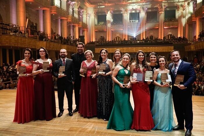 Os educadores Nota 10 de 2019 estão no palco na noite da premiação na Sala São Paulo