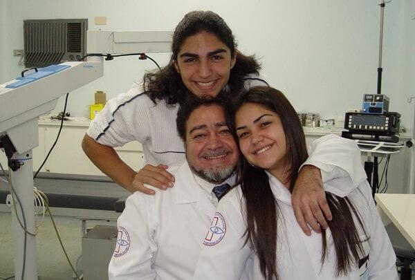 Heloisa com o pai, Ednei, e o irmão, que hoje também é oftalmo