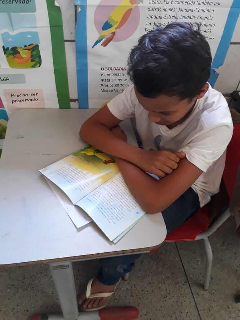 Antônio Levi lendo um livro na escola