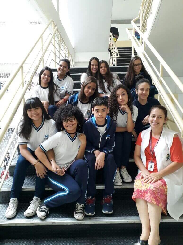 A professora Cleonice com seus alunos que também são seus Amigos da História