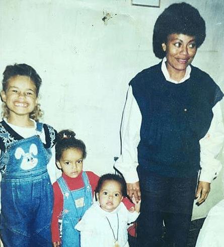 Paty com sua mãe e suas duas irmãs