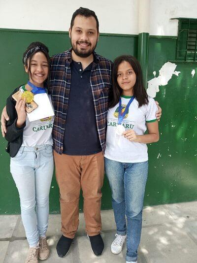Rodolfo e duas alunas