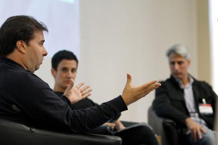 Alessandro Molon, deputado federal filiado ao partido Rede Sustentabilidade, e Rodrigo Maia, presidente da Câmara dos Deputados e filiado ao DEM discutem a Reforma Política